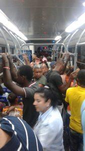 ローカルバス内の様子。夜9時頃でガンガンにラテン系の音楽が鳴り響いていた。